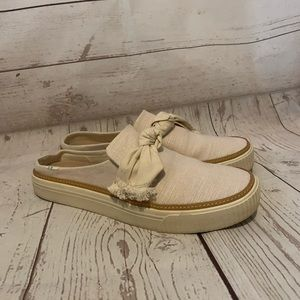 TOMS Cream colored slip on canvas shoes Bow 8.5